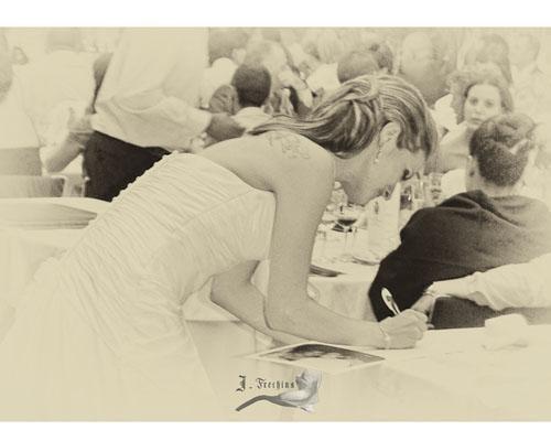 La novia firmando
