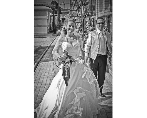Una novia llegando a la boda