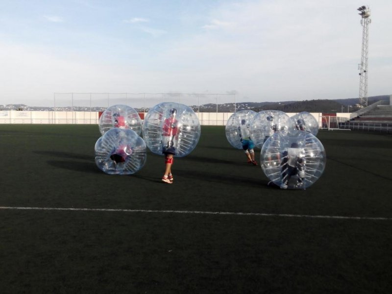 Partido bubble football despedida de soltero
