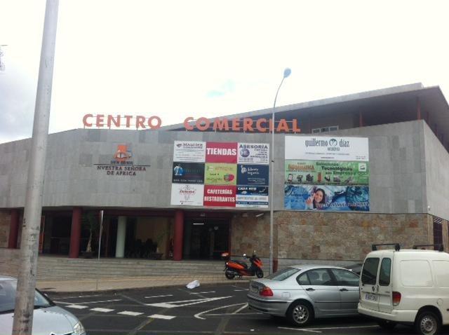 Cartel HLuis en la fachada del centro comercial