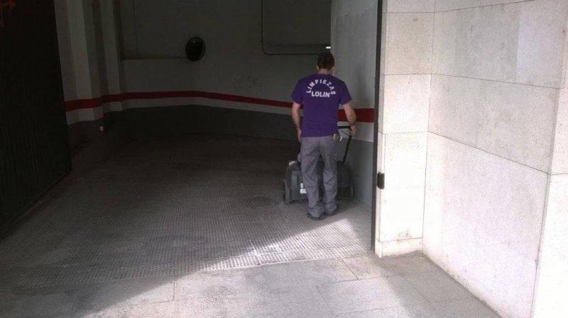 LIMPIEZA DE GARAJES CON MÁQUINA FREGADORA Y ASPIRADORA