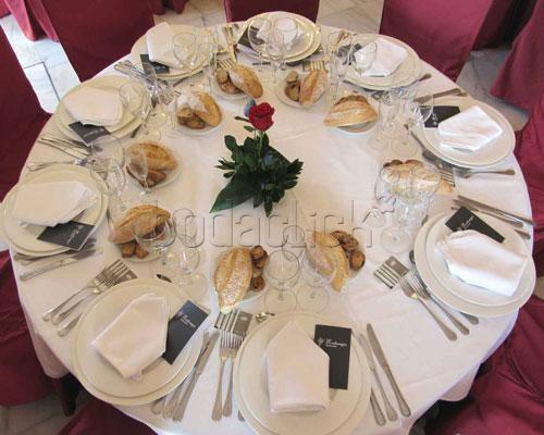 Mesa montada para banquete de boda