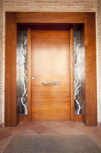 Puerta exterior de madera de Iroko con cerradura de seguridad