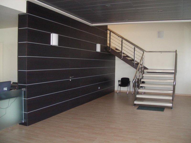 Panelado de madera con puertas ocultas