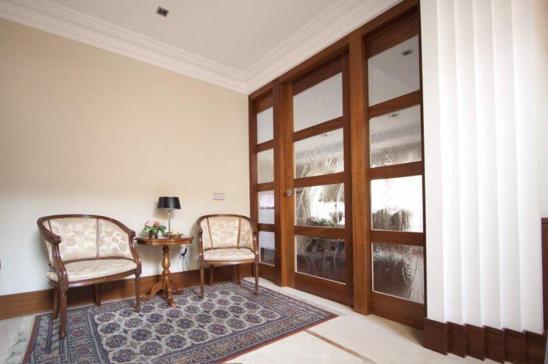 Puerta de madera de Talí. Por cara interior lacada en blanco