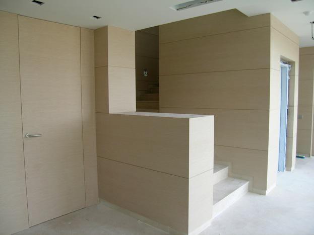 Panelado de escalera y hall de entrada con chapa de madera prefabricada
