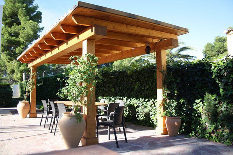 Pérgola para exterior de madera de pino nórdico laminada y tratada. Secada al horno y resistente a los agentes climático