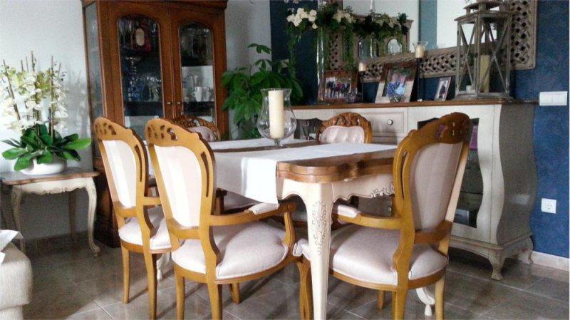 Restauración de Mesa central. Esta pieza inspira todo el mobiliario del Salón.