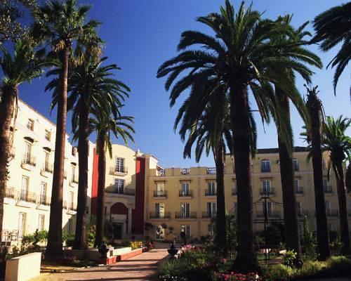 Rodeado de jardines y palmeras