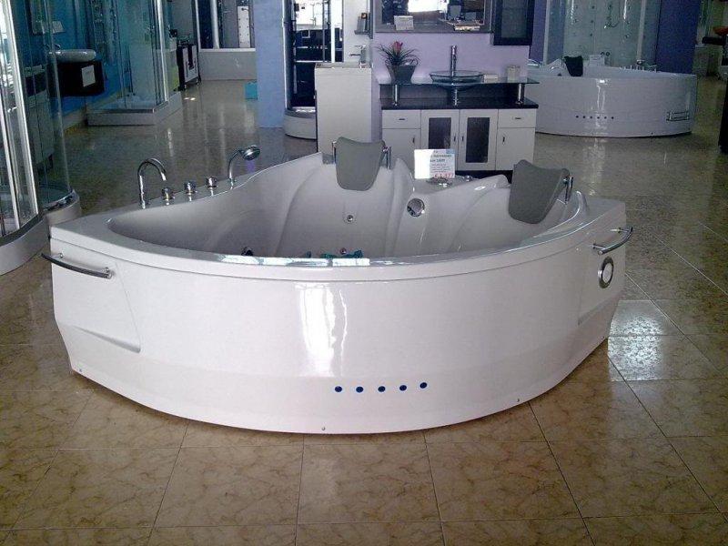 Bañera de Hidromasaje Belem 160Y, hidromasaje de aire y agua, radio, reposacabezas, faldón con luz, € 1377 (160x160x64 cm)