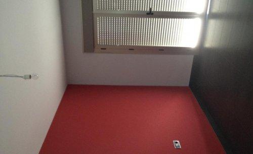 Pared en liso con fondo Rojo Vino y paredes restantes en gris