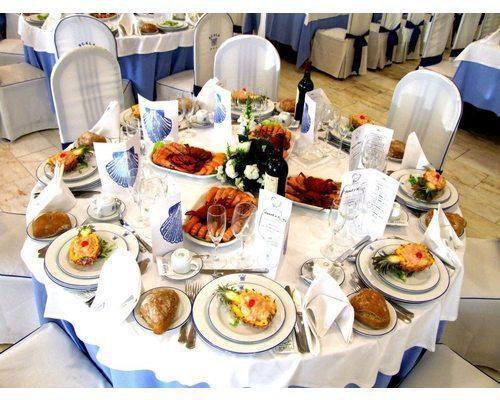 Mesa invitados azul