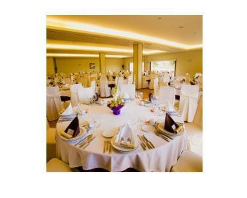 Montaje de salon para celebracion de banquete de bodas