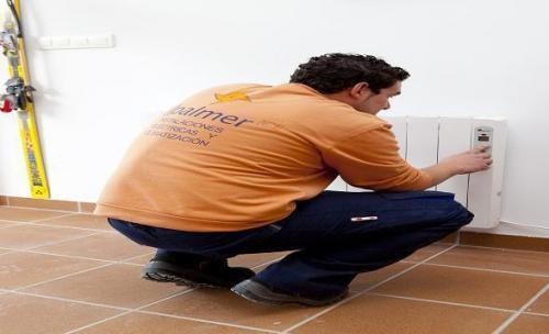 Técnico de Jpalmer Ice, S.L. instalando un emisor térmico.