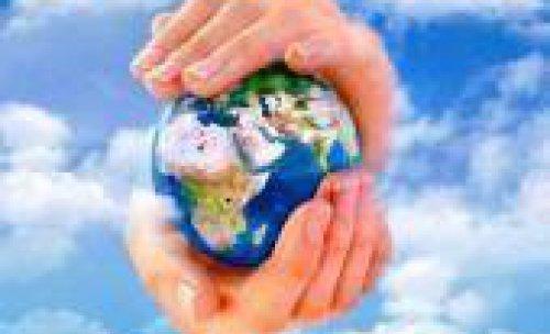 manos con bola del mundo