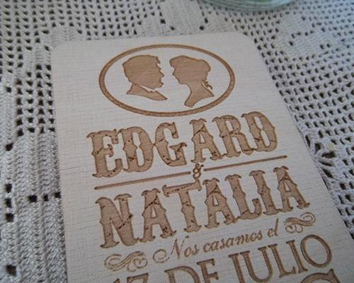 Original invitación de boda en madera