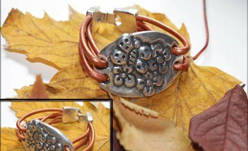 Pulsera de cuero y entrepieza de Zamak ·Tres Flores Mariposa·