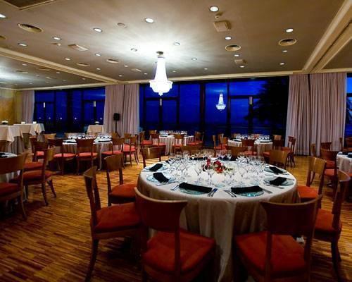 Salon de celebracion elegantemente decorado