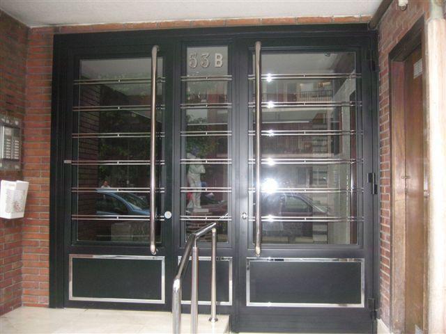Puerta de hierro para fincas rehabilitadas o de nueva construcción. Creación propia.