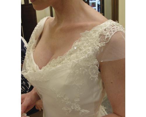 Detalle del escote de un vestido