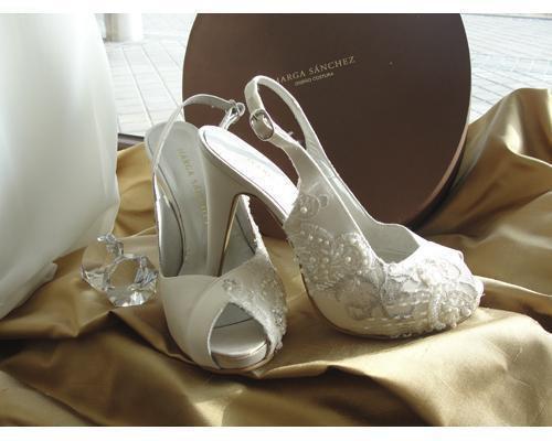 Preciosos zapatos con adornos de perlas
