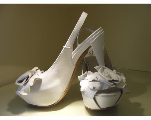 Zapatos con plataforma y una flor