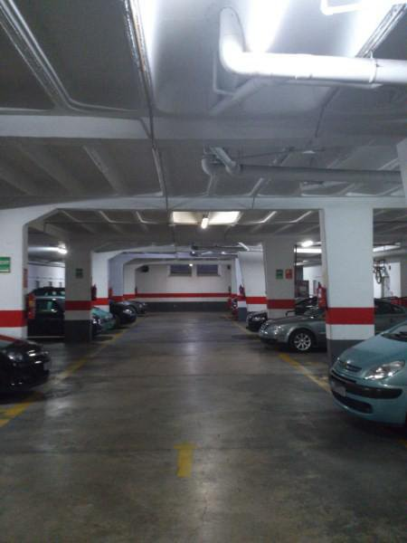 Gran ahorro con tubos LED en parking.