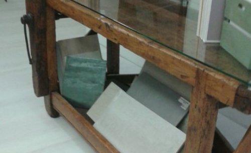Banco de trabajo de carpintero hecho en madera de chopo trabajo con goma laca y cera