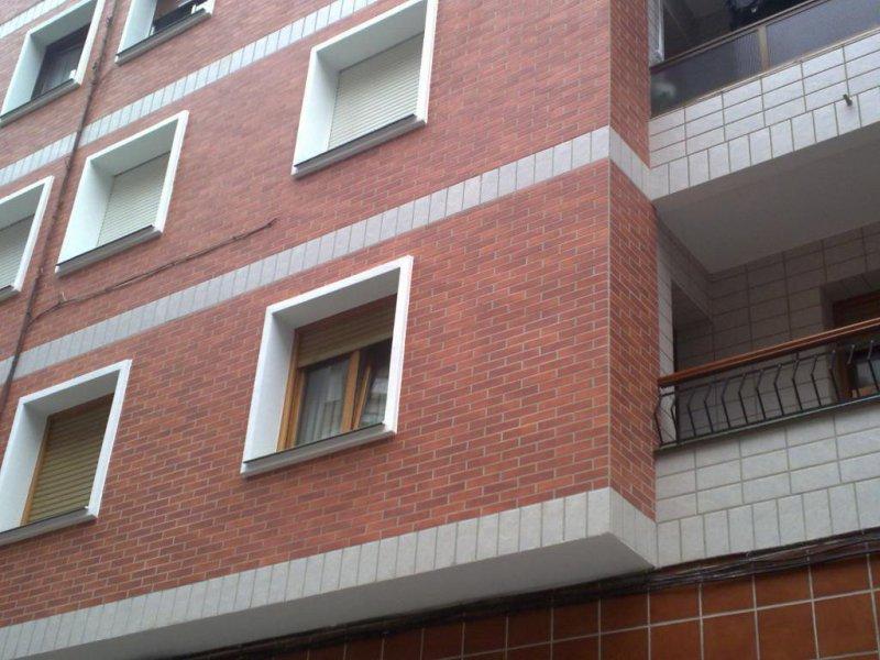 Reforma de fachada con aislamiento termico y plaqueta. Basauri