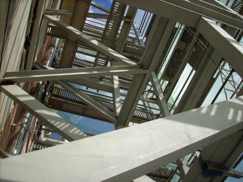Fase de montaje escalera exterior, para instalar ascensor. Amorebieta