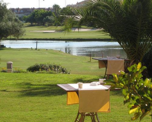 Coctel al aire libre con vistas al campo de golf