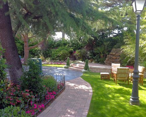 Preciosos jardines serpenteados por paseos