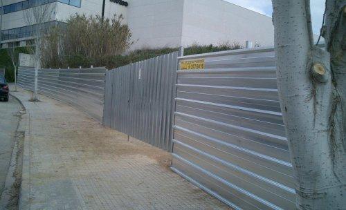 valla para obras y solares fabricada con chapa galvanizada o prelacada