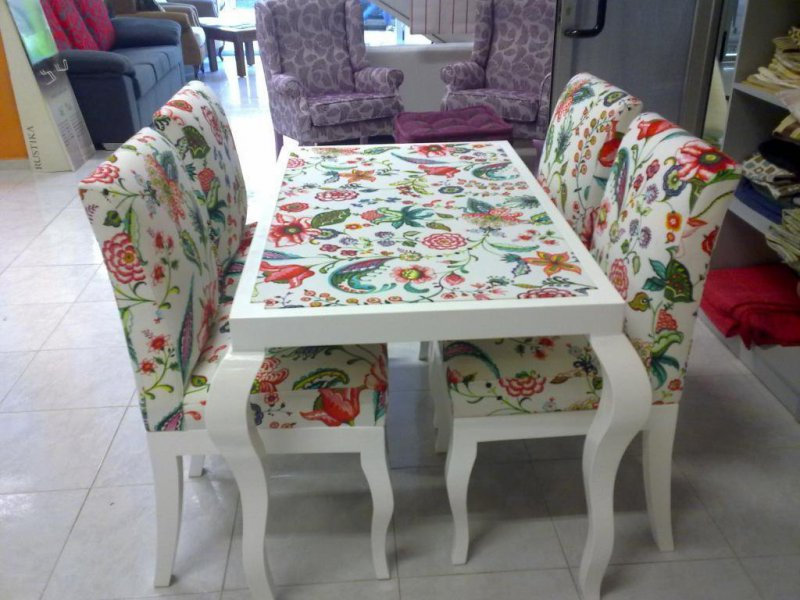 mesa de madera tapizada y sillas respaldo