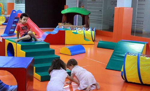 Area infantil con monitor gratuita