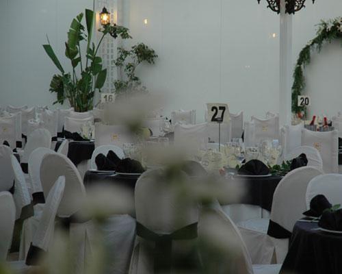 Detalles florales en las mesas