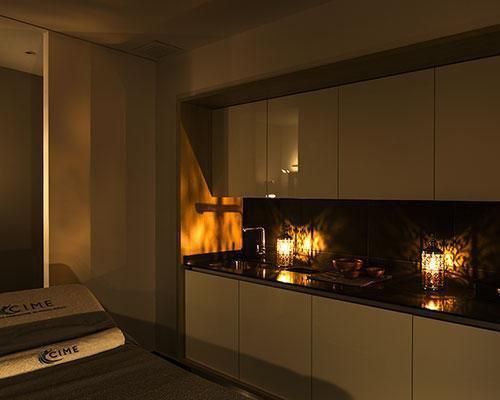 Medical spa iluminado con velas