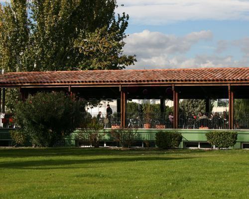 Terraza de restaurante desde la pradera