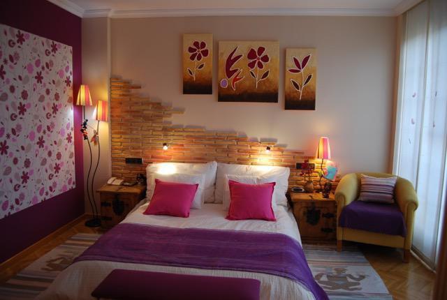dormitorio con varias composiciones y texturas