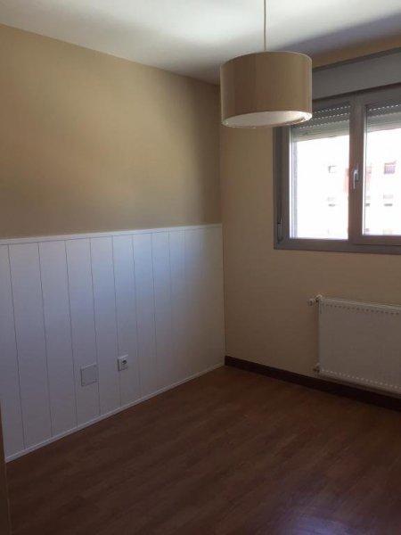 Dormitorio infantil con zócalo blanco