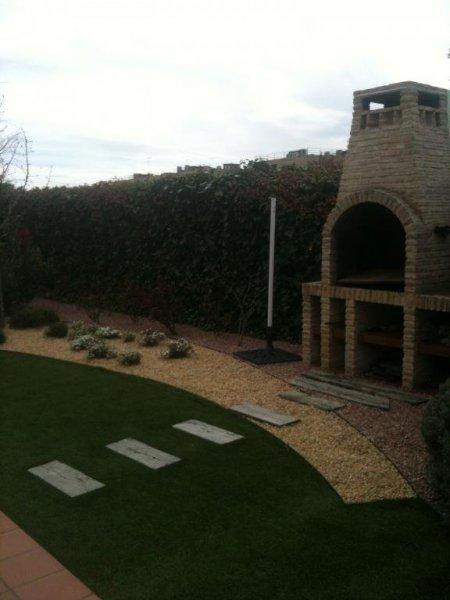 Composición de jardín con cesped artificial