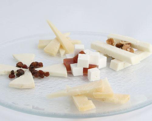 Tabla de quesos con frutos  secos