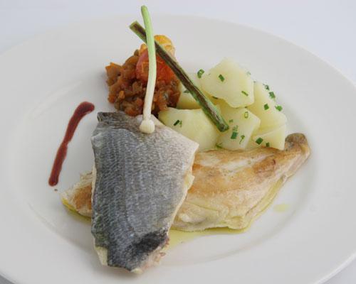 Lubina a la plancha con pisto de verduras y patatas hervidas