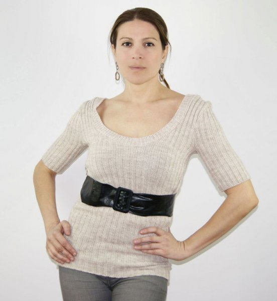Vestido manga corta, con escote.