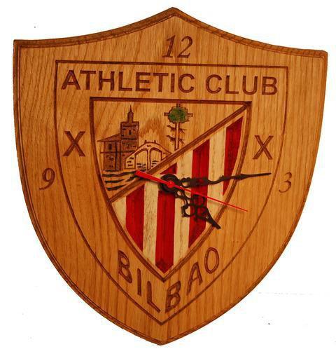Reloj con el escudo de Atletic de Bilbao tallado en roble