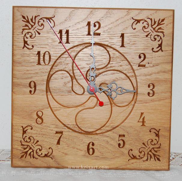 Reloj con Lauburu tallado en Roble