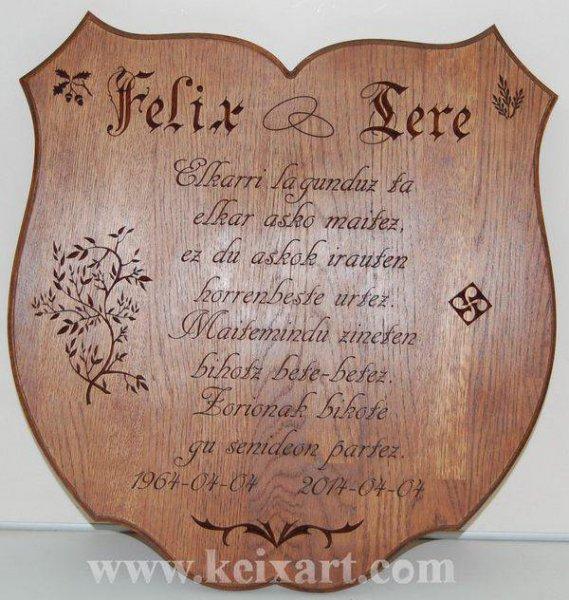 Regalo de boda, dedicatoria tallada en madera de Roble.
