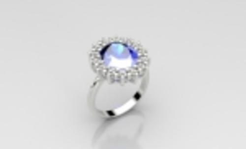 Anillo de compromiso realizado en oro blanco de 18kt con diamantes talla brillante y zafiro azul central.