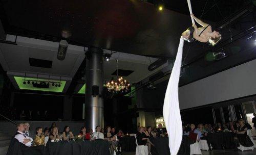 Bailarina aérea en el evento de 25º aniversario de Limpiezas Garro