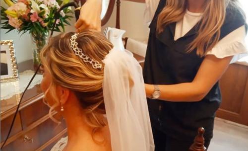Peluqueria Abigail peinando novia